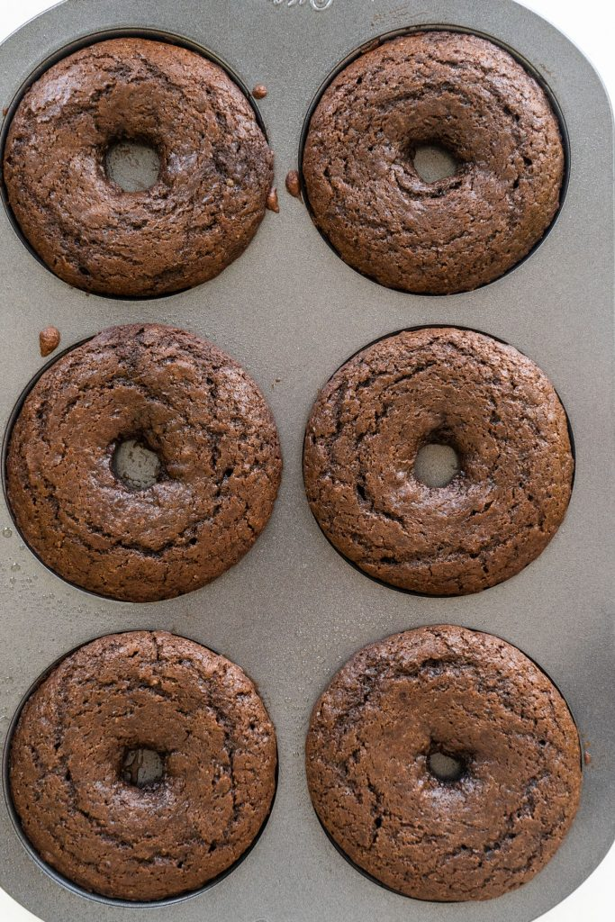 6 donuts baked in donut pan.