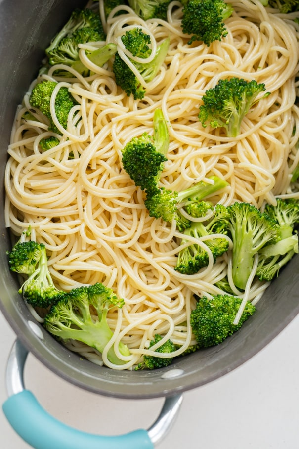Easy One Pot Broccoli Pasta recipe that the entire family is going to love!  It's quick to make, you only need 15 minutes! This is a healthy simple dish made with olive oil and Parmesan cheese, only 248 calories a serving.