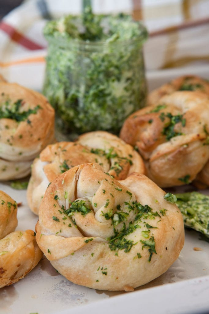 Easy Garlic Knots recipe made with refrigerated breadsticks dough. These homemade garlic knots taste just like delicious NYC pizzeria garlic knots!